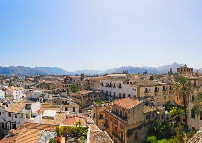 Horyzontalne góry sycylijskie za miastem