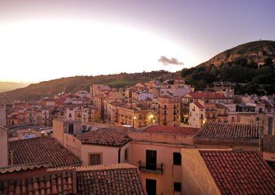 Miasto z górskim krajobrazem