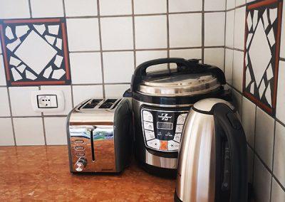 Czajnik, parowar oraz toster znajdujące się w kuchni