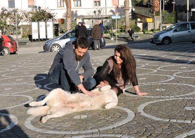 Terapeuci bawiący się z psem